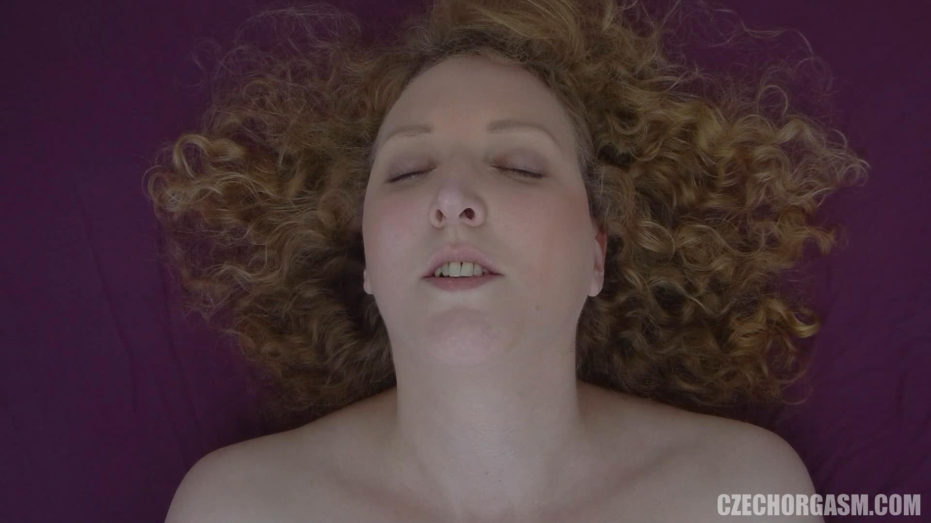 Massaggi ragazza riccia il clitoride